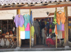 Ponchos auf dem Kunstmarkt Los Domínicos (Foto: Veronika Heibing)