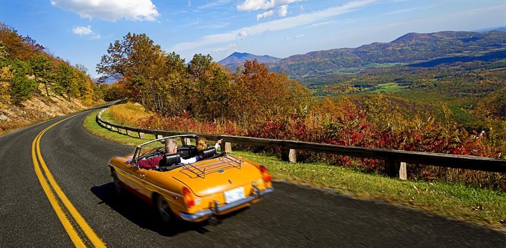 Der Blue Ridge Parkway lockt im Herbst mit einem beeindruckenden Farbenspiel (Foto: Virginia Tourism Corporation)