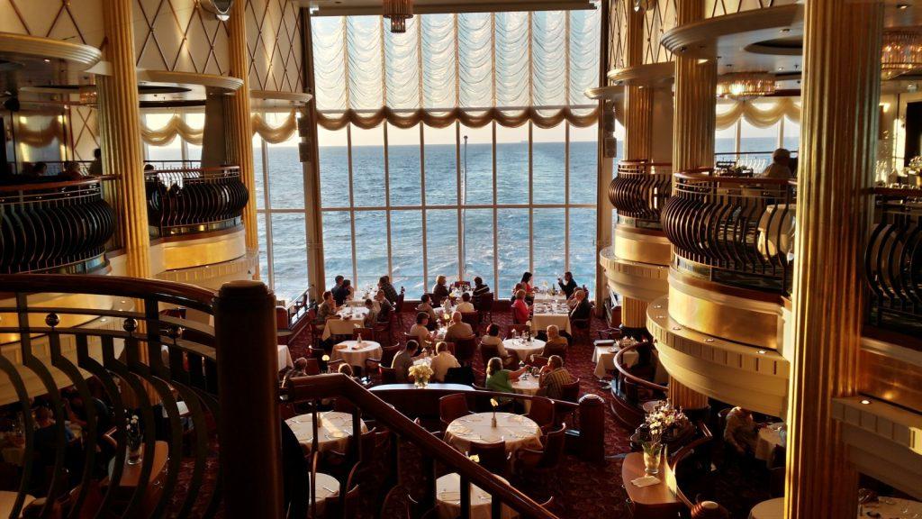 Restaurant auf Kreuzfahrtschiff