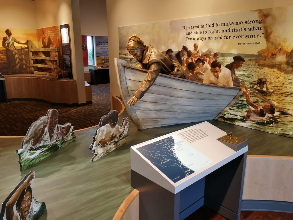 3D-Darstellung von Harriet Tubman in einem Boot, die flüchtenden Sklaven aus dem Wasser hilft