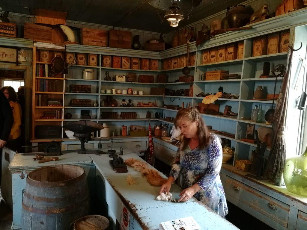 Historischer restaurierter Krämerladen mit heutiger Besitzerin hinter dem Tresen