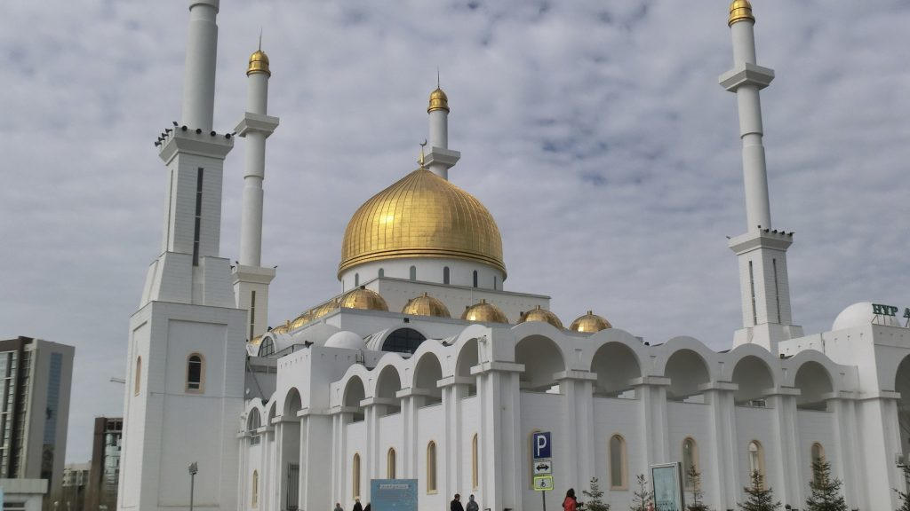 Nur-Astana-Moschee mit ihren goldenen Kuppeln und vier Minaretten