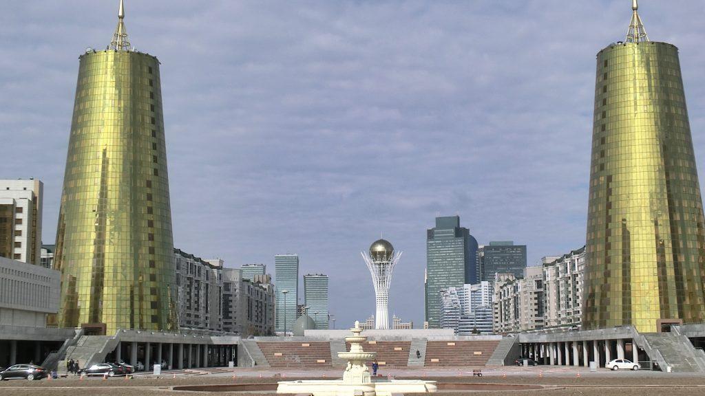 Stadtansicht: Nur-Sultan mit seinen goldenen Türmen und dem Bajterek
