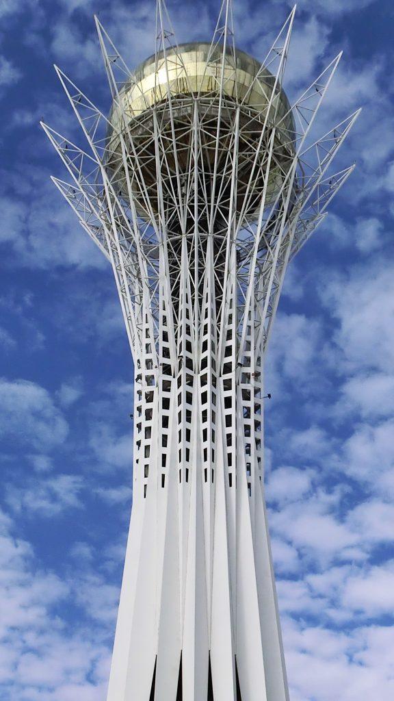 Der Bajterek-Turm wurde 1997 gebaut und ist 105 Meter hoch mit einer Aussichtsplattform auf 97 Metern Höhe.