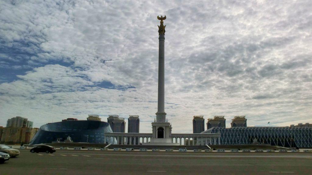 Unabhängigkeitsplatz mit dem Denkmal Kasakh Eli